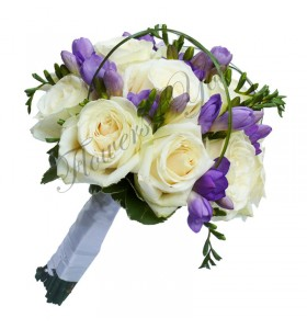Buchet de mireasa trandafiri albi frezia mov