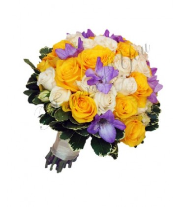Buchet de mireasa trandafiri galbeni frezia mov trandafiri crem