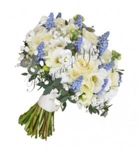 Buchet de mireasa frezia alba trandafiri albi muscari albastri eucalipt