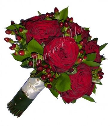 Buchet mireasa trandafiri grena hipericum