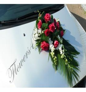 Aranjamente masina trandafiri cyclam dendrobium alb