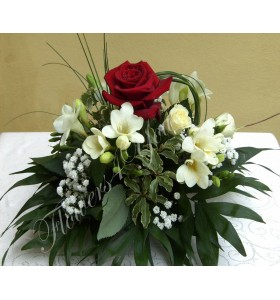 Aranjamente florale nunta frezii trandafiri gipsofila
