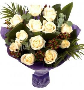 Buchet trandafiri albi hipericum grena