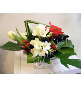 Aranjament floral frezii lalele trandafiri