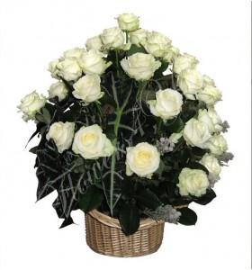 Aranjament floral cos trandafiri albi