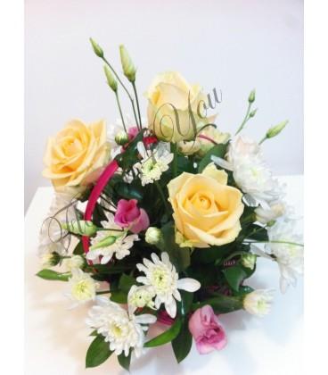 Aranjament floral lisiantus trandafiri crizantema