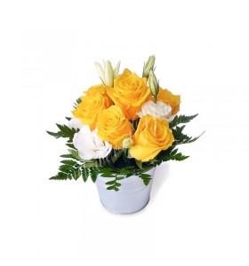 Aranjament floral trandafiri galbeni lisiantus