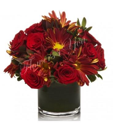 Aranjament floral trandafiri rosii crizantema