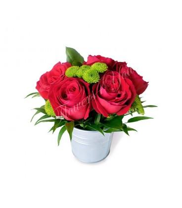Aranjament floral trandafiri rosii santini