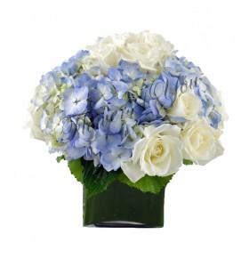 Aranjament hortensia albastra trandafiri