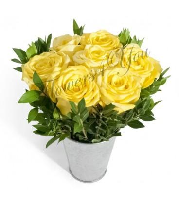 Aranjament trandafiri galbeni verdeata