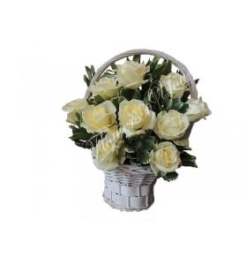 Aranjamente florale trandafiri albi verdeata