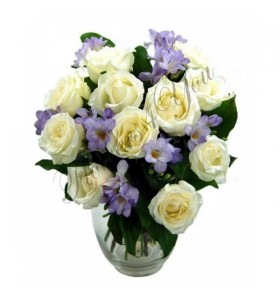 Aranjament trandafiri albi frezii mov