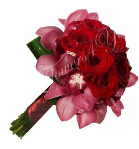 Buchet de mireasa trandafiri grena orhidee grena