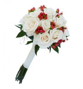 Buchet de mireasa trandafiri crem hipericum rosu