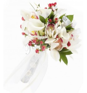 Buchet de mireasa cale albe orhidee alba hiperucum rosu