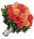Buchet de mireasa hipericum verde trandafiri corai trandafiri somon