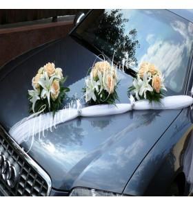 Aranjamente masina crin alb trandafiri somon