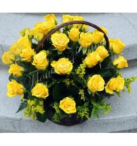 Aranjament floral cos trandafiri galbeni
